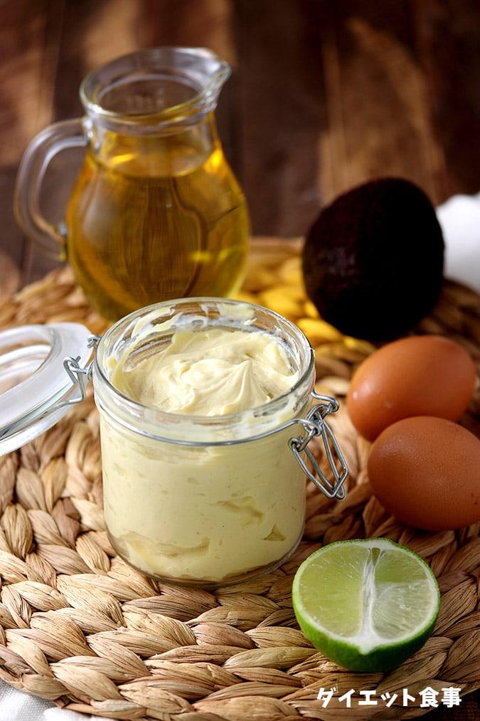 容器に手作りマヨネーズが入っています。アボカドオイルを使用して自家製マヨネーズのレシピです。