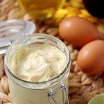 滑らかでクリーミーな手作りマヨネーズのレシピです。瓶に入っているココナッツオイルマヨネーズレシピです。