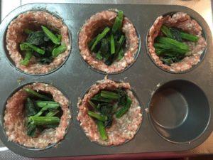 いろんな野菜を混ぜ込んで彩りをプラス!豚肉のスパイスの組み合わせで、あとを引く美味しさ!この 朝ごはん ソーセージカップは糖質2g以下です。