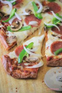 「ピザの生地がチーズで作れるなんて!」という驚きと、具の下ごしらえの簡単さがあいまって大人気に!この 糖質制限ピザ 生地は糖質10g以下です。このレシピを参考に料理を作れば、必要以上に糖質量をオーバーしてしまうことはありませんし、安心して糖質制限ダイエットを続けることが出来ます!