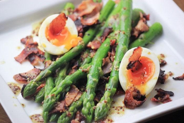 アスパラとベーコンのサラダ ・糖質制限サラダ・ディージョンマスタードのドレッシングと半熟卵はすごく美味しいです!