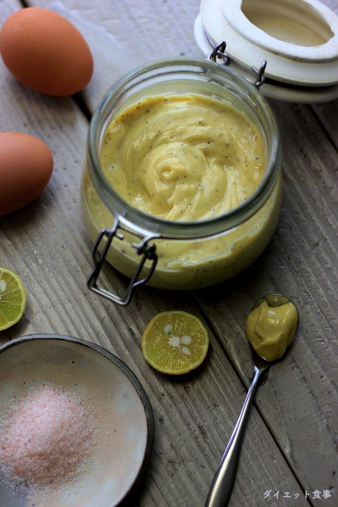 味は、コク深く肉や魚料理によく合うオリーブオイル。サラダ油を細くたらしながら、ていねいに混ぜるのがコツです。この オリーブオイルマヨネーズ は糖質5g以下です。このレシピを参考に料理を作れば、必要以上に糖質量をオーバーしてしまうことはありませんし、安心して糖質制限ダイエットを続けることが出来ます!