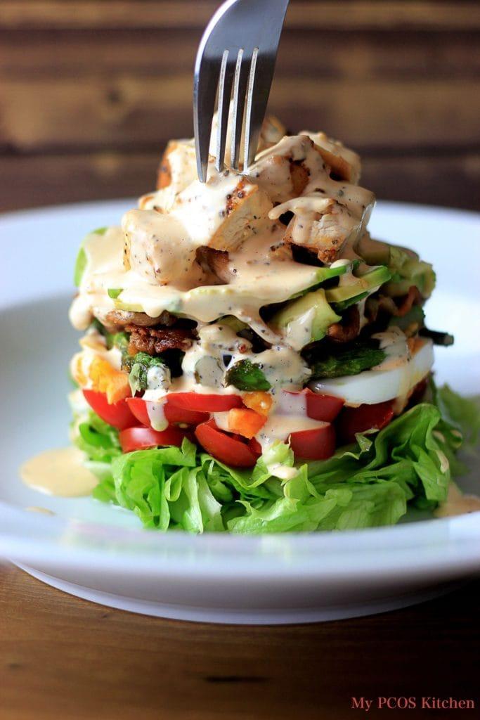 ダイエット食事・マヨネーズとラー油のスパイシーランチドレッシングと、野菜と肉で彩り豊かに!このコブサラダは糖質6g以下です。このレシピを参考に料理を作れば、必要以上に糖質量をオーバーしてしまうことはありませんし、安心して糖質制限ダイエットを続けることが出来ます!