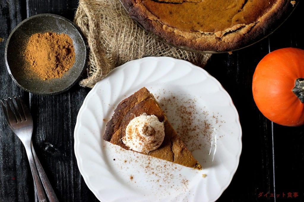 素朴な甘さのパンプキンとスパイスの味は相性抜群!混ぜて焼き固めれば、パンプキンパイが完成する。驚きのレシピです!このパンプキンパイは糖質4g以下です。このレシピを参考に料理を作れば、必要以上に糖質量をオーバーしてしまうことはありませんし、安心して糖質制限ダイエットを続けることが出来ます!