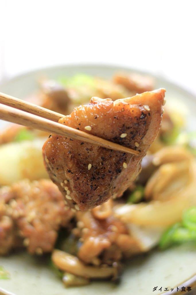 うまみたっぷりのもも肉で、しめじとネギのたべごたえもアップ!こっくりとした照り焼きの味もポイントです!この鶏肉と野菜の照り焼き は糖質4g以下です。このレシピを参考に料理を作れば、必要以上に糖質量をオーバーしてしまうことはありませんし、安心して糖質制限ダイエットを続けることが出来ます!