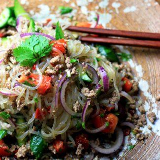 ヤムウンセンの白滝サラダ ・ ダイエット食事 ・ タイのサラダを白滝で作って、辛酸っぱさがあとを引きます。このヤムウンセンの白滝サラダは糖質5g以下です。このレシピを参考に料理を作れば、必要以上に糖質量をオーバーしてしまうことはありませんし、安心して糖質制限ダイエットを続けることが出来ます!