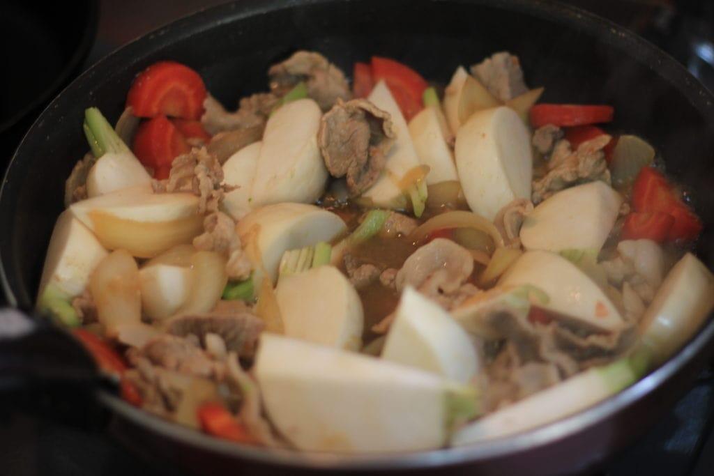 ダイエット食事 | 豚肉と大ぶりに切ったかぶで、ボリューム満点の肉じゃが風に。このかぶの肉じゃがは糖質12g以下です。このレシピを参考に料理を作れば、必要以上に糖質量をオーバーしてしまうことはありませんし、安心して糖質制限ダイエットを続けることが出来ます!