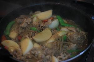 ダイエット食事   豚肉と大ぶりに切ったかぶで、ボリューム満点の肉じゃが風に。このかぶの肉じゃがは糖質12g以下です。このレシピを参考に料理を作れば、必要以上に糖質量をオーバーしてしまうことはありませんし、安心して糖質制限ダイエットを続けることが出来ます!