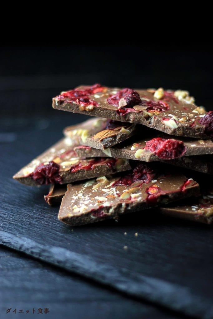 ラズベリー入りのチョコレートは砂糖と牛乳を使わないのでダイエットに最適!このチョコレートは糖質2g以下です。このレシピを参考に料理を作れば、必要以上に糖質量をオーバーしてしまうことはありませんし、安心して糖質制限ダイエットを続けることが出来ます!