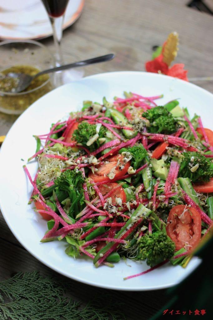 ヘルシー野菜サラダと手作りギリシャドレッシングは美味しい。このサラダは糖質3g以下です。このレシピを参考に料理を作れば、必要以上に糖質量をオーバーしてしまうことはありませんし、安心して糖質制限ダイエットを続けることが出来ます!