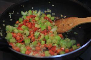 野菜の甘みをきかせ、あとをひく味わいに仕上げます。このボロネーゼは糖質15g以下です。このレシピを参考に料理を作れば、必要以上に糖質量をオーバーしてしまうことはありませんし、安心して糖質制限ダイエットを続けることが出来ます!