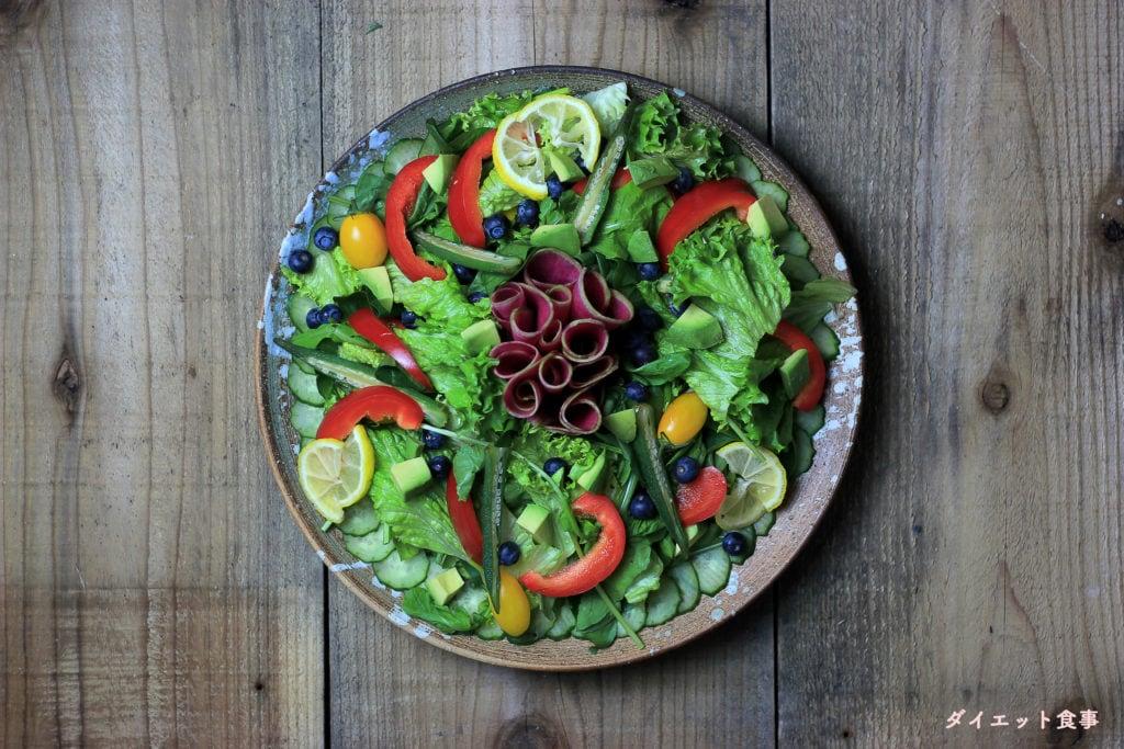 パクチーとレモンのドレッシングと、刻み野菜で彩り豊かに!このパクチーレモンドレッシングのカラフルサラダは糖質6g以下です。このレシピを参考に料理を作れば、必要以上に糖質量をオーバーしてしまうことはありませんし、安心して糖質制限ダイエットを続けることが出来ます!