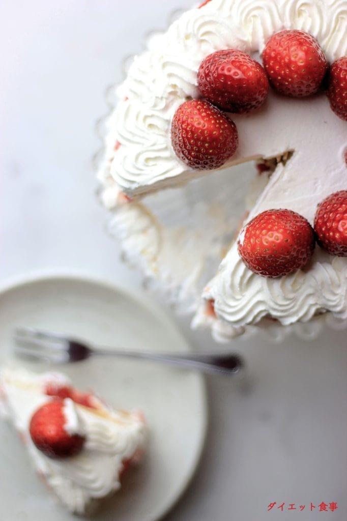 柔らかなスポンジが、イチゴとクリームで美しく飾られたクリスマスケーキ!このグルテンフリークリスマスケーキは糖質9g以下です。このレシピを参考に料理を作れば、必要以上に糖質量をオーバーしてしまうことはありませんし、安心して糖質制限ダイエットを続けることが出来ます!