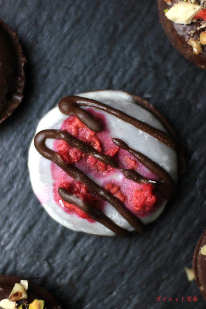 ダイエット食事・バレンタインにぴったり!糖質オフで砂糖不使用のグルテンフリーチョコレートドーナツは劇うま!!このグルテンフリーミニチョコドーナツは糖質2g以下です。このレシピを参考に料理を作れば、必要以上に糖質量をオーバーしてしまうことはありませんし、安心して糖質制限ダイエットを続けることが出来ます!