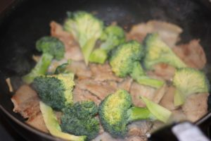 ダイエット食事・この豚バラとブロッコリーの旨辛炒めは糖質8g以下です。このレシピを参考に料理を作れば、必要以上に糖質量をオーバーしてしまうことはありませんし、安心して糖質制限ダイエットを続けることが出来ます!グルテンフリー、おかず、晩御飯