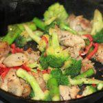 ダイエット食事・このもも肉と野菜のレモンパクチー炒めは7g以下です。このレシピを参考に料理を作れば、必要以上に糖質量をオーバーしてしまうことはありませんし、安心して糖質制限ダイエットを続けることが出来ます!