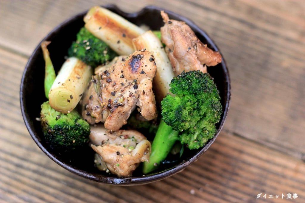 ダイエット食事・このもも肉とブロッコリーのレモン塩だれ炒めは糖質6g以下です。このレシピを参考に料理を作れば、必要以上に糖質量をオーバーしてしまうことはありませんし、安心して糖質制限ダイエットを続けることが出来ます!