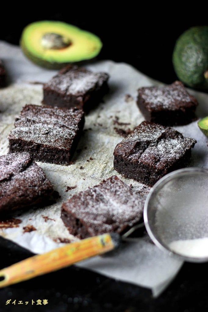 ダイエット食事・アボカドで作られたブラウニーです。砂糖と小麦粉を使いません!このアボカドブラウニーは糖質2g以下です。このレシピを参考に料理を作れば、必要以上に糖質量をオーバーしてしまうことはありませんし、安心して糖質制限ダイエットを続けることが出来ます!