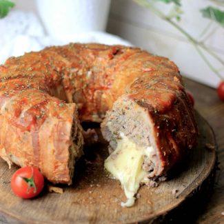チーズ入りとベーコン巻きのミートローフ