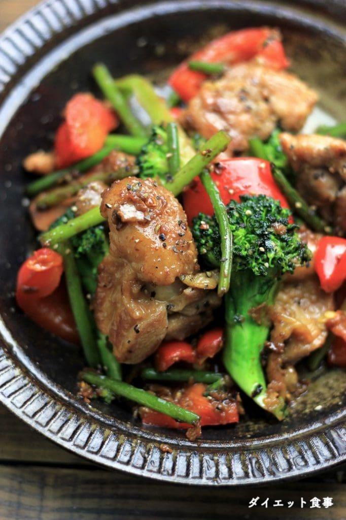 ダイエット食事・もも肉、ブロッコリーとパプリカのにんにく炒めは糖質7g以下です。このレシピを参考に料理を作れば、必要以上に糖質量をオーバーしてしまうことはありませんし、安心して糖質制限ダイエットを続けることが出来ます!