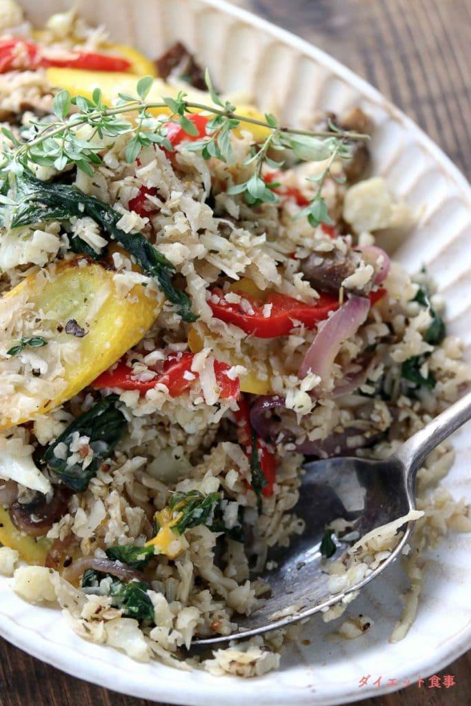 ダイエット食事・この野菜たっぷり彩りカリフラワーライスは糖質7g以下です。このレシピを参考に料理を作れば、必要以上に糖質量をオーバーしてしまうことはありませんし、安心して糖質制限ダイエットを続けることが出来ます!