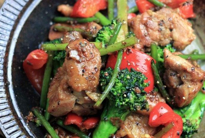 もも肉、ブロッコリーとパプリカのにんにく炒め