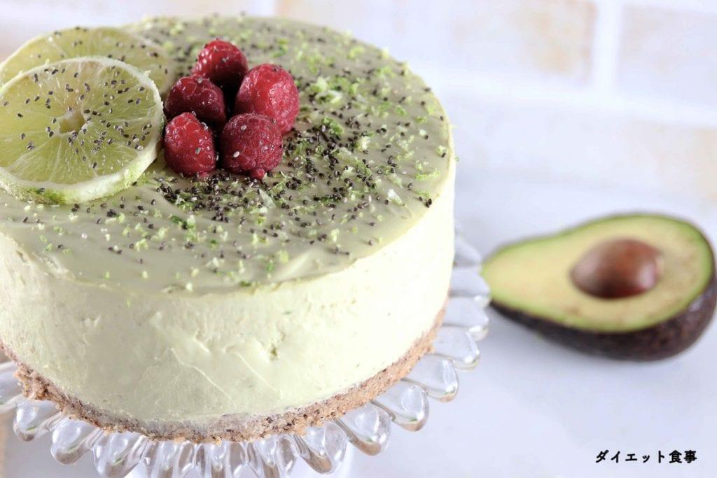 ダイエット食事・アボカドライムのレアチーズケーキ・このチーズケーキは砂糖不使用でグルテンフリーです。糖質は5g以下です。このレシピを参考に料理を作れば、必要以上に糖質量をオーバーしてしまうことはありませんし、安心して糖質制限ダイエットを続けることが出来ます!