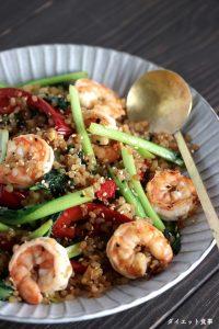 ダイエット食事・エビとタアサイのこんにゃく米炒め・このレシピはお米使わないです。糖質は5g以下です。このレシピを参考に料理を作れば、必要以上に糖質量をオーバーしてしまうことはありませんし、安心して糖質制限ダイエットを続けることが出来ます!