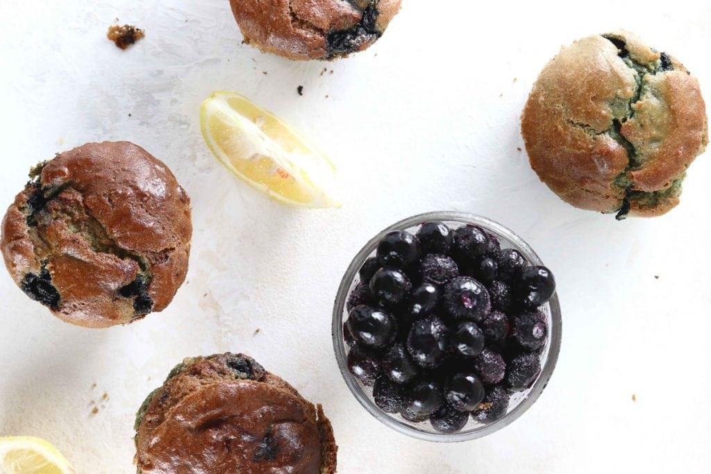 ダイエット食事・このレモンブルーベリーマフィンはグルテンフリーで砂糖不使用です。糖質6g以下です。このレシピを参考に料理を作れば、必要以上に糖質量をオーバーしてしまうことはありませんし、安心して糖質制限ダイエットを続けることが出来ます!
