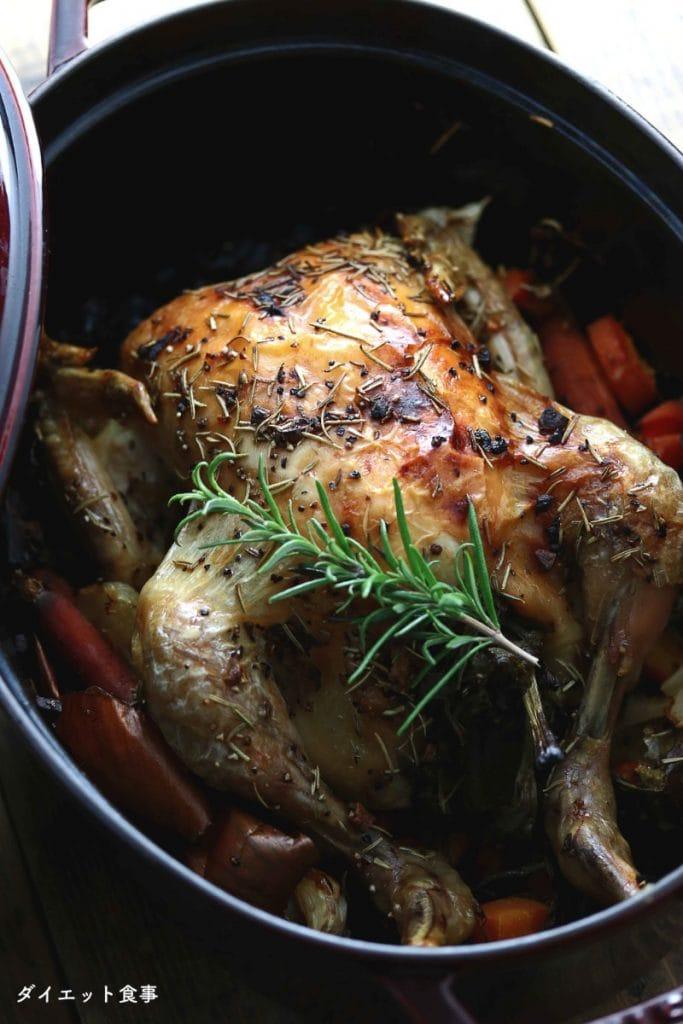 ダイエット食事・staubで鶏の丸焼き・ローズマリー味のローストチキンでストウブを使って焼きました!糖質は1g以下です。このレシピを参考に料理を作れば、必要以上に糖質量をオーバーしてしまうことはありませんし、安心して糖質制限ダイエットを続けることが出来ます!
