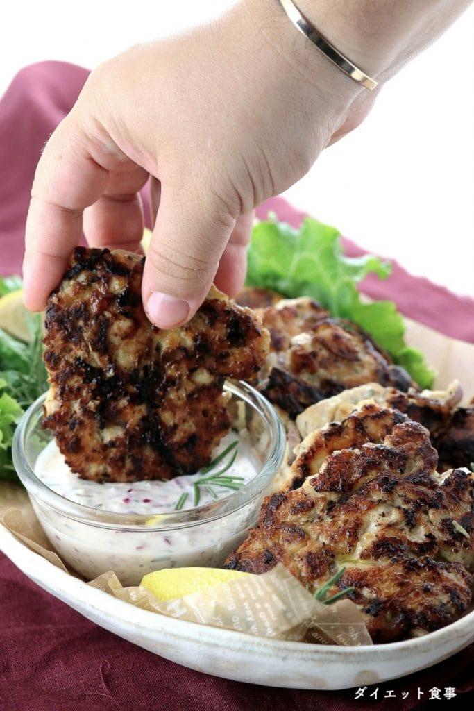 ダイエット食事・ローズマリーのチキンフリッター・胸肉とハーブのハンバーグで糖質は3g以下です。このレシピを参考に料理を作れば、必要以上に糖質量をオーバーしてしまうことはありませんし、安心して糖質制限ダイエットを続けることが出来ます!
