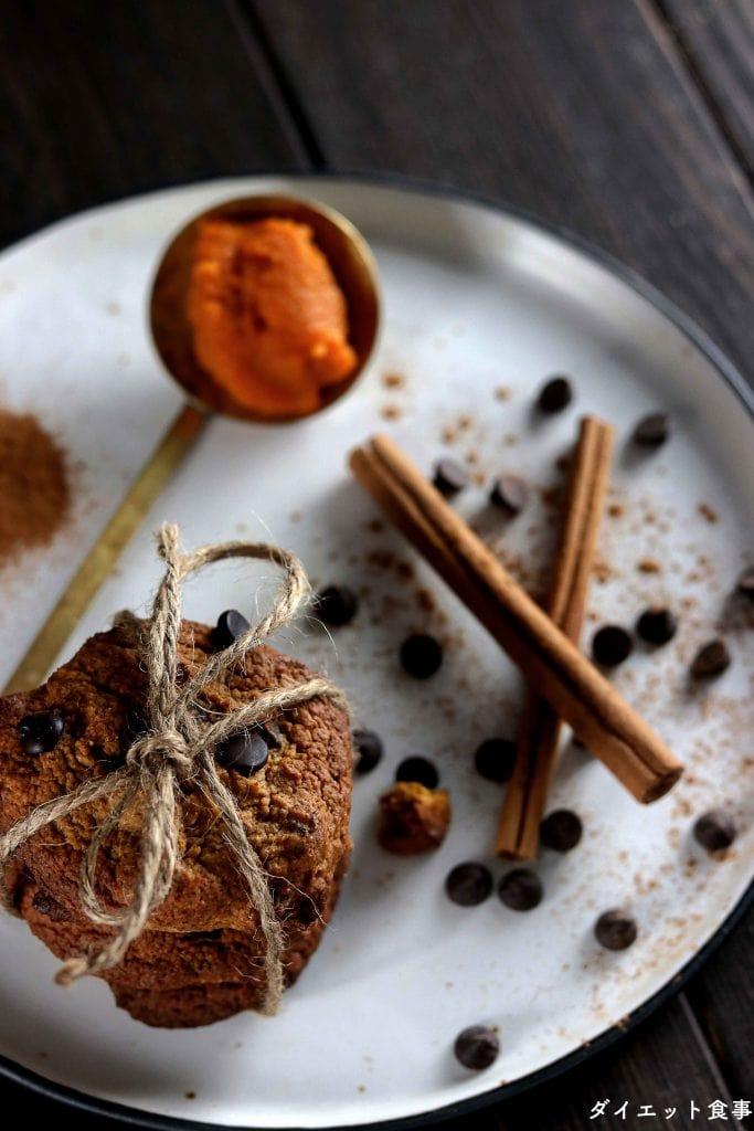 チョコ入りのかぼちゃクッキー・うちのダイエット食事・可愛いハロウィンクッキーとシナモンスティック。