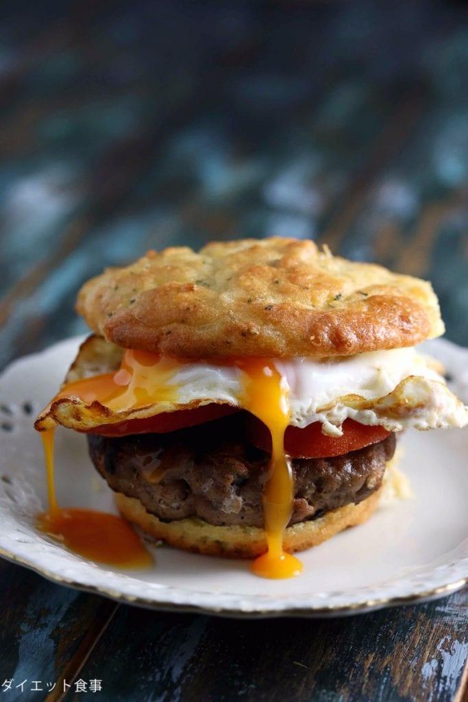 チーズたっぷりビスケットのレシピ・うちのダイエット食事・チーズビスケットで朝ハンバーグサンド!
