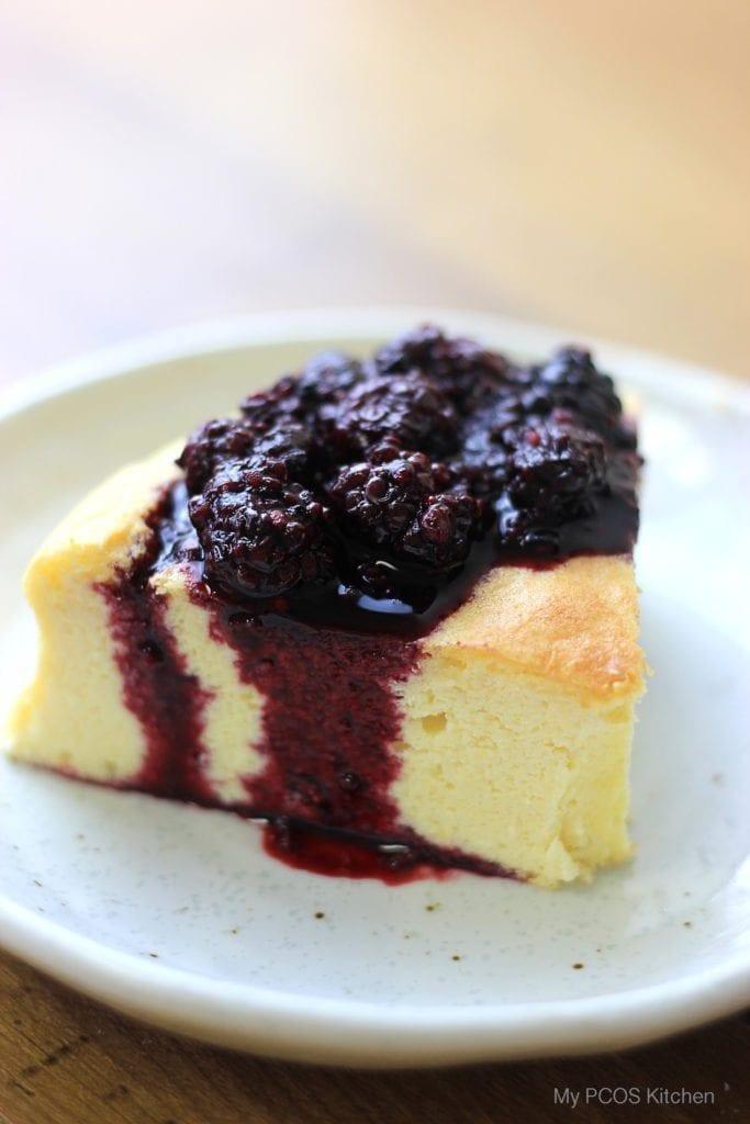 ダイエット食事・糖質オフスフレチーズケーキ。このチーズケーキは小麦粉と砂糖を使いません!糖質は4g以下です。このレシピを参考に料理を作れば、必要以上に糖質量をオーバーしてしまうことはありませんし、安心して糖質制限ダイエットを続けることが出来ます!