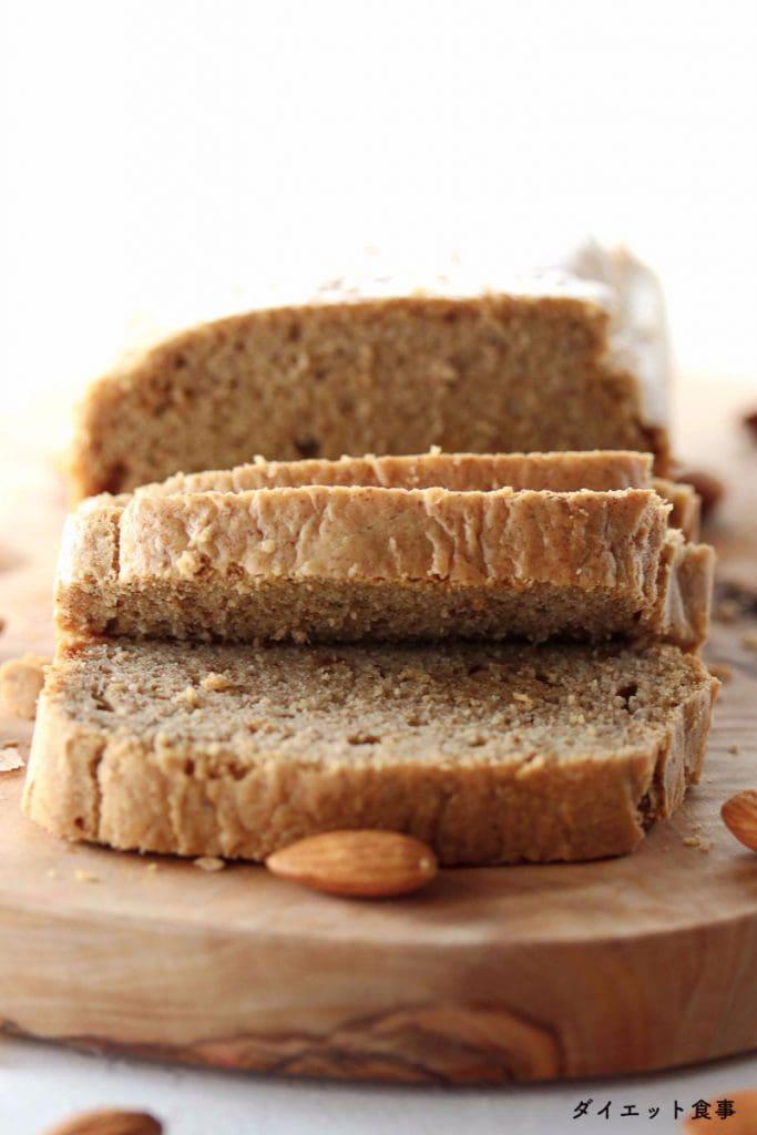 低糖質パンのレシピ・うちのダイエット食事・スライスしたアーモンドのパン。