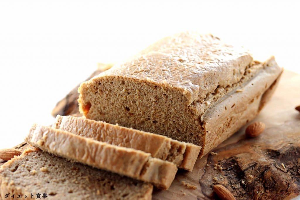 低糖質パンのレシピ・うちのダイエット食事・オリーブ木のまな板の上に糖質制限パンがあります。