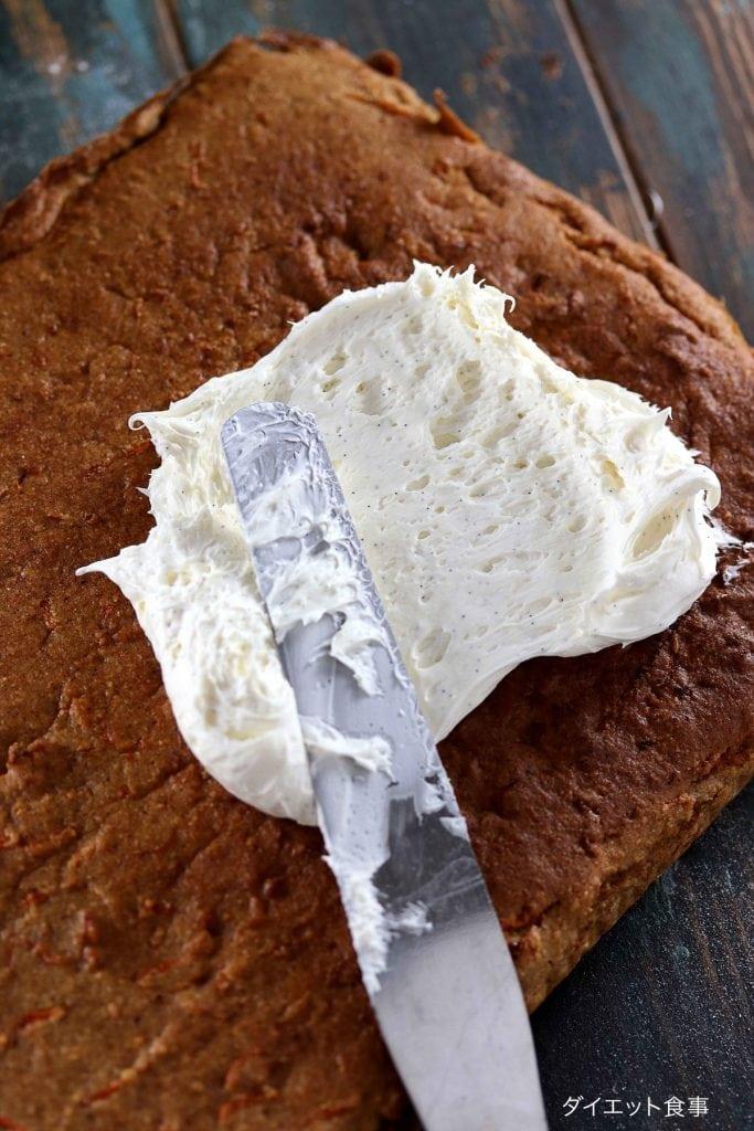 クリームチーズフロスティング・うちのダイエット食事・パレットナイフでキャロットケーキをフロスティングを塗る。