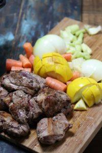 スロークッカーでラムシチュー・うちのダイエット食事・野菜を刻んでからスロークッカーに入れる。