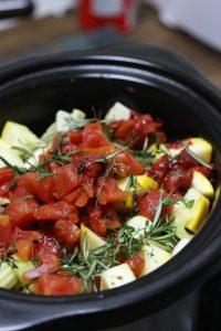 スロークッカーでラムシチュー・うちのダイエット食事・トマト缶とスパイスをスロークッカーに入れて、準備終わり