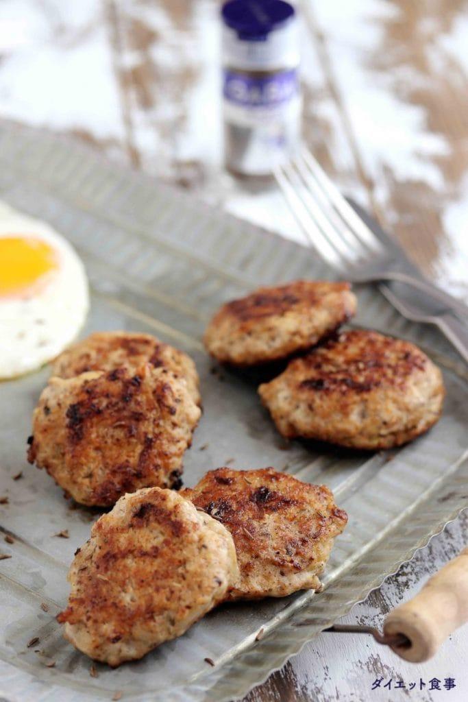 朝ごはんでキャラウェイ入りハンバーグのレシピ・うちのダイエット食事・手作りソーセージはスパイスたっぷり入っています。