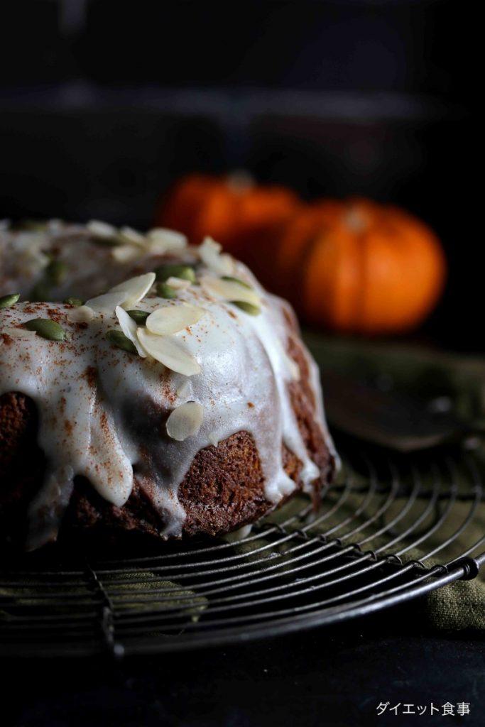 ココナッツのアイシングをかけたバントケーキの写真
