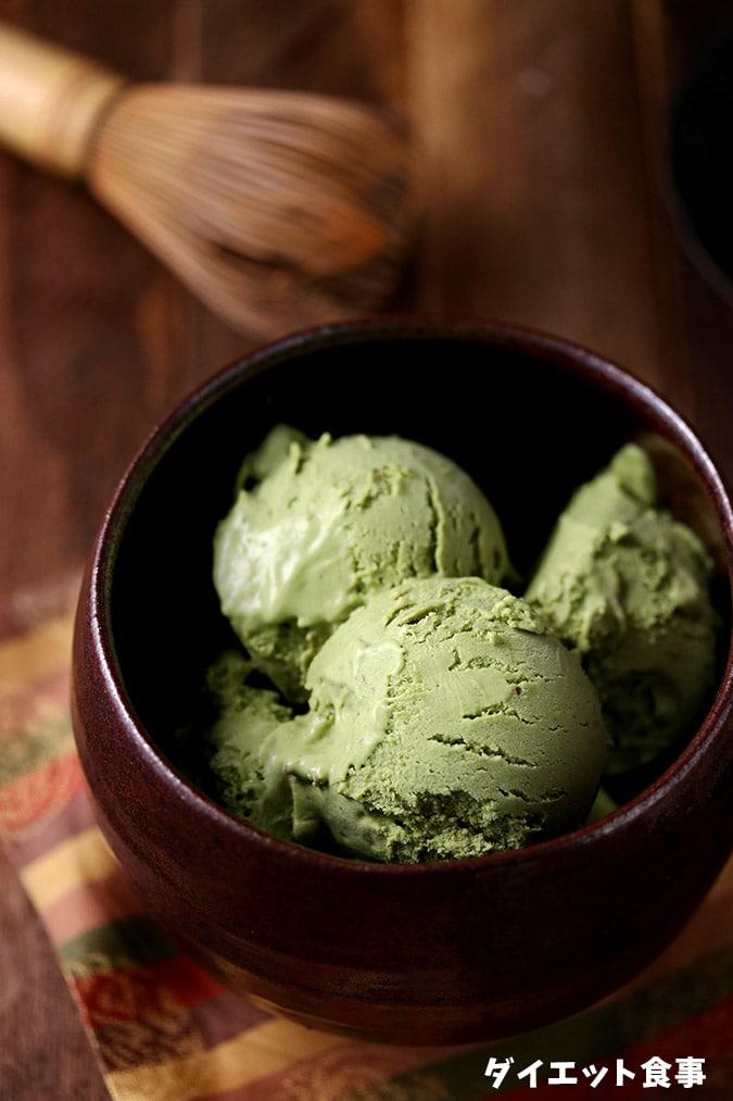 ココナッツミルクで作られた抹茶アイスのレシピです。茶碗に入っています。