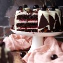 ケーキスタンドにブラックフォレストケーキがあります。アメリカンチェリーたっぷり載せてあります。