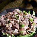 ネギ塩豚バラ炒めは千切りキャベツの上にのせてあります。